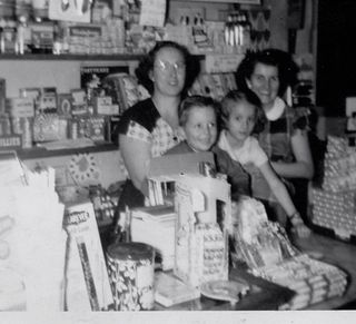 Photo Gert, John, Maryann & Anne in Store