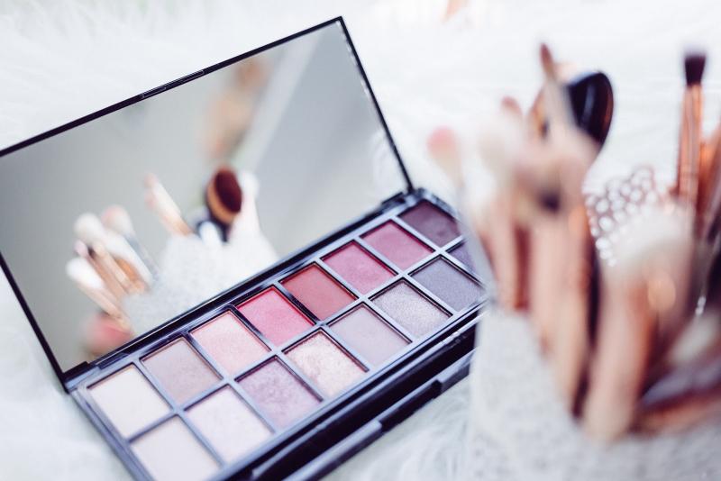 Close-up-of-woman-make-up-324654